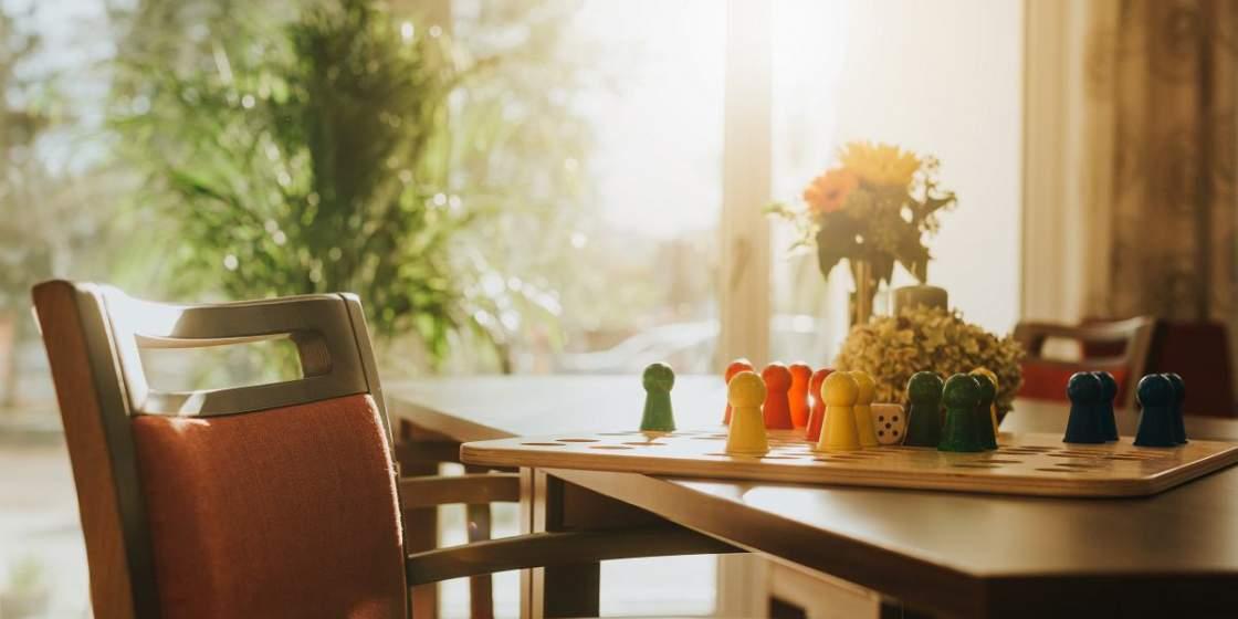 Mensch ärgere Dich nicht am Tisch bei stimmungsvollem Licht