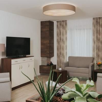 Wohnbereich mit Sesseln und Fernseher
