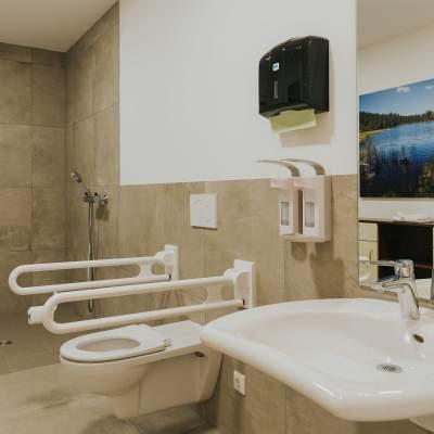 Barrierefreies Badezimmer mit großer Dusche